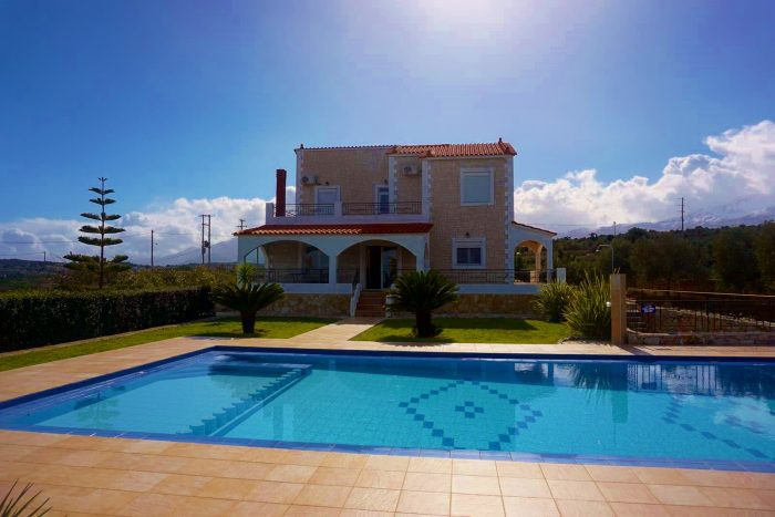Detached house with pool and great views in Douliana