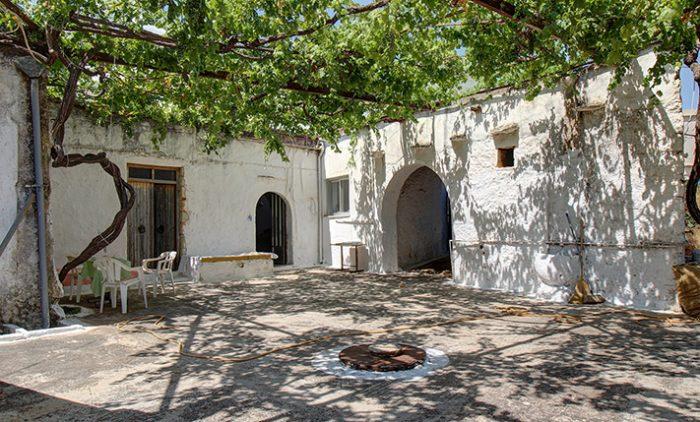 Παλιά πετρόκτιστη κατοικία με ωραία θέα στο Κόκκινο Χωριό